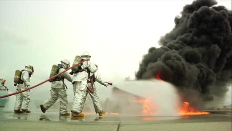 Los-Bomberos-Luchan-Contra-Un-Incendio-Químico-Furioso-En-Un-Accidente-Aéreo-Simulado-13