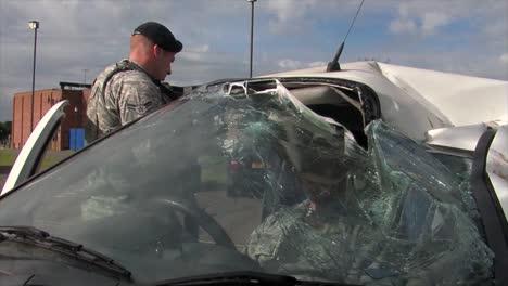 Los-Bomberos-Europeos-Practican-La-Respuesta-A-Un-Accidente-Automovilístico-Por-Volcadura-1