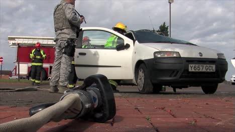 Los-Bomberos-Europeos-Practican-La-Respuesta-A-Un-Accidente-Automovilístico-Con-Vuelco-2