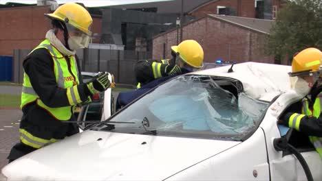 Los-Bomberos-Europeos-Practican-La-Respuesta-A-Un-Accidente-De-Volcadura-De-Un-Coche-5