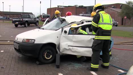 Los-Bomberos-Europeos-Practican-La-Respuesta-A-Un-Accidente-Automovilístico-Con-Volcadura-6