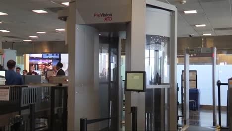 Los-Agentes-De-La-Tsa-Toman-Precauciones-Especiales-Para-Las-Pasajeras-Embarazadas-En-Los-Aeropuertos