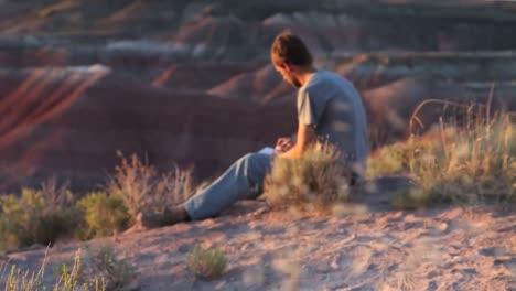 Un-Hombre-Escribe-En-Su-Diario-En-El-Desierto