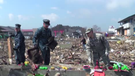 Us-Army-Personnel-Help-Cleanup-After-The-Devastating-Earthquake-And-Tsunami-In-Japón-In-2011-1
