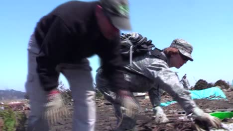Us-Army-Personnel-Help-Cleanup-After-The-Devastating-Earthquake-And-Tsunami-In-Japón-In-2011-2