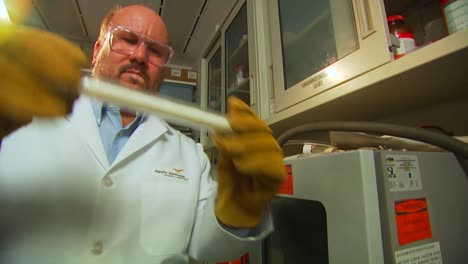 Researchers-Conduct-Experiments-At-The-Pacific-Northwest-National-Laboratory-In-A-Generic-Lab-Environment-1