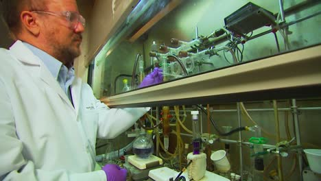 Researchers-Conduct-Experiments-At-The-Pacific-Northwest-National-Laboratory-In-A-Generic-Lab-Environment-2