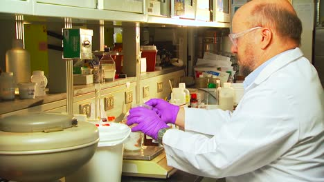 Researchers-Conduct-Experiments-At-The-Pacific-Northwest-National-Laboratory-In-A-Generic-Lab-Environment-4