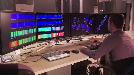 Investigadores-Siot-En-Una-Sala-De-Control-Mirando-Computadoras
