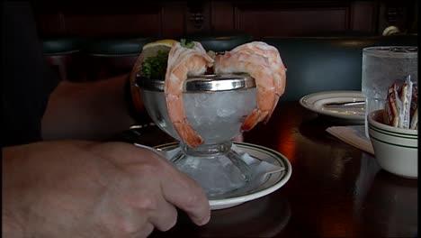 Un-Hombre-Come-Camarones-En-Un-Restaurante