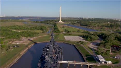 Una-Antena-Sobre-Un-Acorazado-Y-Un-Monumento-En-Texas