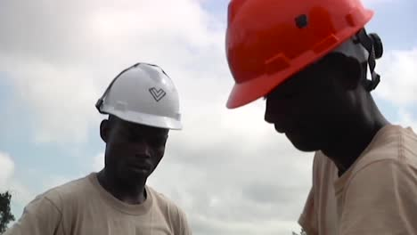 African-People-Build-A-Clinic-To-Combat-The-Ebola-Virus-Outbreak-In-Liberia-West-Africa-1