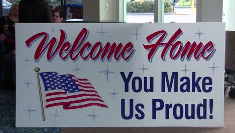 Los-Hombres-Y-Mujeres-Militares-Estadounidenses-Son-Bienvenidos-A-Casa-En-Un-Aeropuerto-Después-De-Un-Reciente-Despliegue-En-Afganistán-