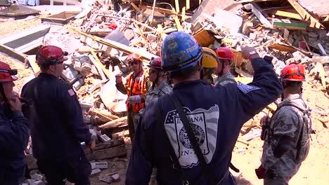 Las-Tropas-De-La-Guardia-Nacional-Se-Entrenan-Para-Rescatar-A-Las-Personas-De-Los-Edificios-Destruidos-Después-De-Un-Huracán-Un-Tornado-O-Un-Terremoto-1