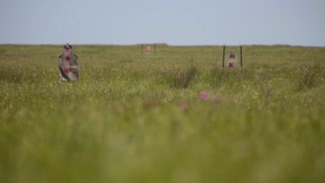 Los-Soldados-Del-Ejército-Practican-En-Un-Campo-De-Tiro-Al-Aire-Libre-En-Rumania