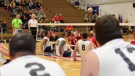 Los-Marines-Estadounidenses-Juegan-Contra-La-Marina-Estadounidense-En-Un-Juego-De-Voleibol-Sentado-1