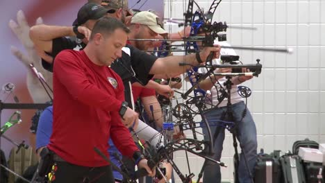 Handicapped-Servicement-Compete-In-Archery