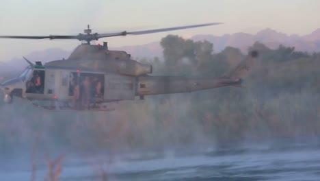 Los-Paracaidistas-Saltan-Desde-Un-Helicóptero-Que-Vuela-Bajo-A-Un-Pequeño-Lago