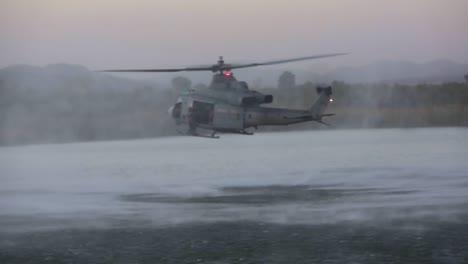 Los-Paracaidistas-Saltan-De-Un-Helicóptero-Que-Vuela-Bajo-A-Un-Pequeño-Lago-1