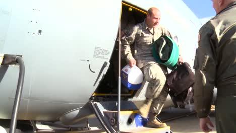 Los-Militares-De-La-Fuerza-Aérea-Regresan-A-Casa-Y-Son-Recibidos-Por-Sus-Familiares-Y-Amigos-1