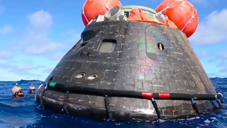 Una-Tripulación-De-Buzos-De-La-Marina-Recupera-El-Módulo-De-Tripulación-Nasas-Orion-En-El-Océano-Pacífico-En-Diciembre-De-2014-1