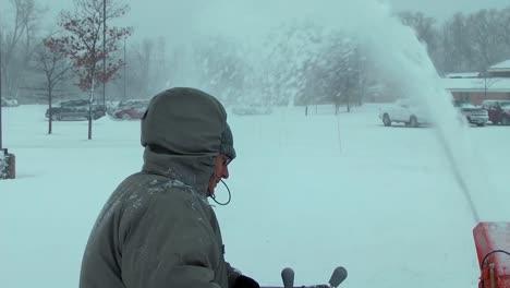 Un-Hombre-Usa-Un-Quitanieves-En-Una-Tormenta-De-Invierno-Mientras-Sus-Vecinos-Palan-Nieve