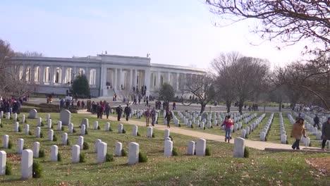 La-Gente-Pone-Coronas-De-Navidad-En-Las-Tumbas-De-Los-Soldados-En-El-Cementerio-De-Arlington