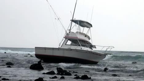 Un-Pequeño-Bote-De-Pesca-Está-Encallado-En-Las-Rocas-Durante-Una-Tormenta