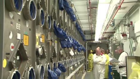 Los-Trabajadores-De-Una-Instalación-De-Energía-Nuclear-Manipulan-Materiales-Radiactivos-2