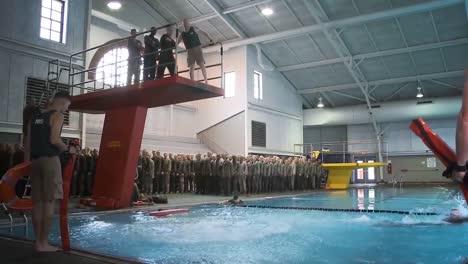 Mujeres-Y-Hombres-Pasan-Por-Una-Formación-Básica-En-El-Cuerpo-De-Marines-De-EE-UU-Incluida-La-Formación-En-Agua