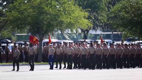 Los-Marines-Estadounidenses-Se-Gradúan-Y-Desfilan-En-Las-Ceremonias-De-Graduación-
