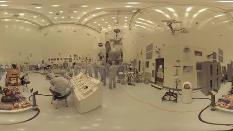 Los-Ingenieros-De-La-NASA-Trabajan-En-Equipos-De-Espacio-Profundo-Osiris-Rex-En-Un-Entorno-De-Sala-Limpia-Altamente-Controlado-