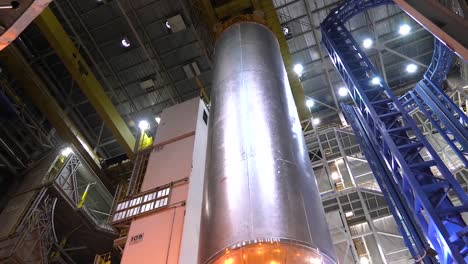 A-Massive-Rocket-Fuel-Tank-Is-Moved-By-Nasa-Engineers-1