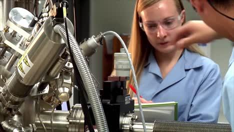 Tomas-Clásicas-De-Un-Laboratorio-De-Química-Analítica-Que-Realiza-Cromatografía-Para-La-Investigación-Del-Carbono