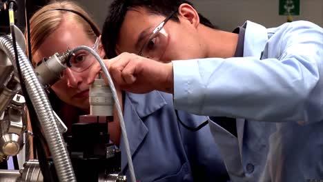 Tomas-Clásicas-De-Un-Laboratorio-De-Química-Analítica-Que-Realiza-Cromatografía-Para-La-Investigación-Del-Carbono-1