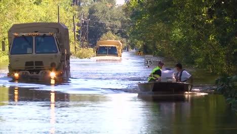 Tropas-De-La-Guardia-Nacional-De-Carolina-Del-Sur-Evacuan-A-Personas-En-Una-Gran-Inundación-En-Nichols-Carolina-Del-Sur-En-2016-2