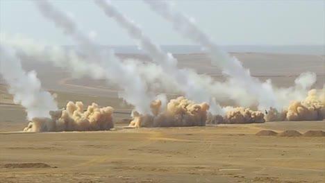 LKW-basierte-Flugabwehrraketenwerfer-Feuern-In-Der-Wüste-1