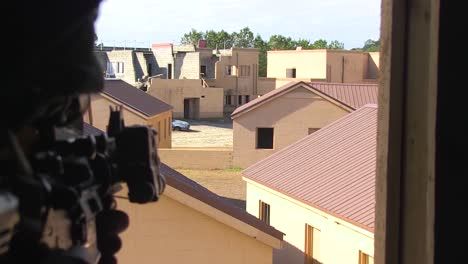 Amerikanische-Armeetruppen-Führen-Eine-Simulierte-Terroristische-Scharfschützenübung-In-Einem-Vorbildlichen-Dorf-Im-Nahen-Osten-Durch-1