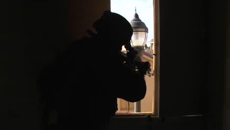 Amerikanische-Armeetruppen-Führen-Eine-Simulierte-Terroristische-Scharfschützenübung-In-Einem-Modelldorf-Im-Nahen-Osten-Durch-2