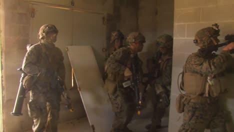 Amerikanische-Armeetruppen-Führen-Eine-Simulierte-Terroristische-Scharfschützenübung-In-Einem-Vorbildlichen-Dorf-Im-Nahen-Osten-Durch-4