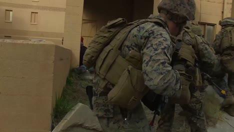 Amerikanische-Armeetruppen-Führen-Eine-Simulierte-Terroristische-Scharfschützenübung-In-Einem-Modelldorf-Im-Nahen-Osten-Durch-6