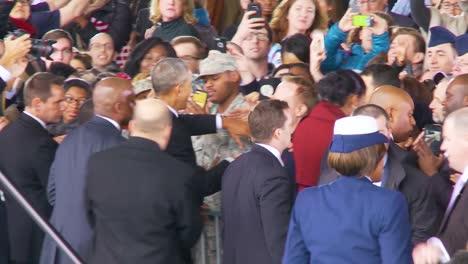 El-Presidente-Barack-Obama-Y-Michelle-Obama-Son-Recibidos-Calurosamente-Por-Miembros-Del-Ejército