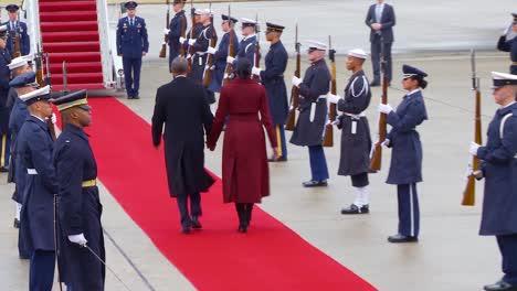 Präsident-Barack-Obama-Und-Michelle-Obama-Verlassen-Die-Gemeinsame-Basis-Andrews-Und-Besteigen-Die-Air-Force-One-Am-Ende-Der-Amtszeit-Des-Präsidenten-1