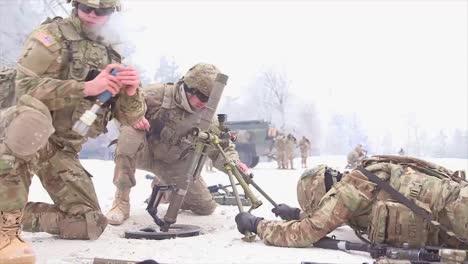 Las-Fuerzas-Estadounidenses-Entrenan-Para-Disparar-Morteros-En-Condiciones-De-Nieve-2