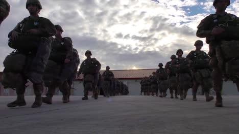 Paracaidistas-Abordan-Un-Vuelo-Militar-1