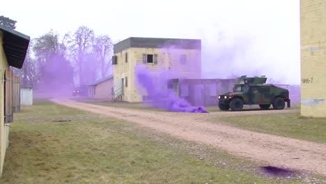 Truppen-üben-Stadtkrieg-Und-Geiselrettung-In-Einem-Scheindorf-Mit-Lila-Tränengas