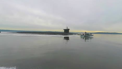 Nice-Water-Level-Traveling-Shot-Of-A-Nuclear-Guided-Missile-Submarine-Moving-Through-The-Puget-Sonido
