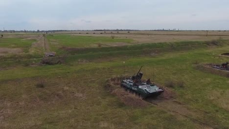 Buena-Antena-De-Un-Tanque-Militar-Maniobrando-A-Través-De-Un-Paisaje-Nevado-5