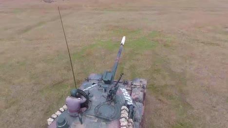 Buena-Antena-De-Un-Tanque-Militar-Maniobrando-A-Través-De-Un-Paisaje-Nevado-7