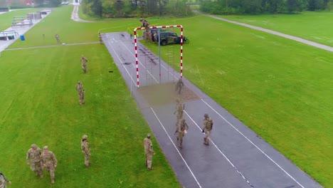 Una-Antena-Sobre-Una-Pista-De-Obstáculos-Durante-El-Entrenamiento-Básico-Del-Ejército